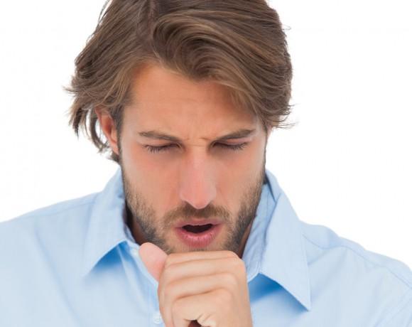 AHA-Symptome: Der Alpha-1-Antitrypsin-Mangel macht sich vor allem durch Atemnot, anhaltenden Husten und Auswurf bemerkbar.