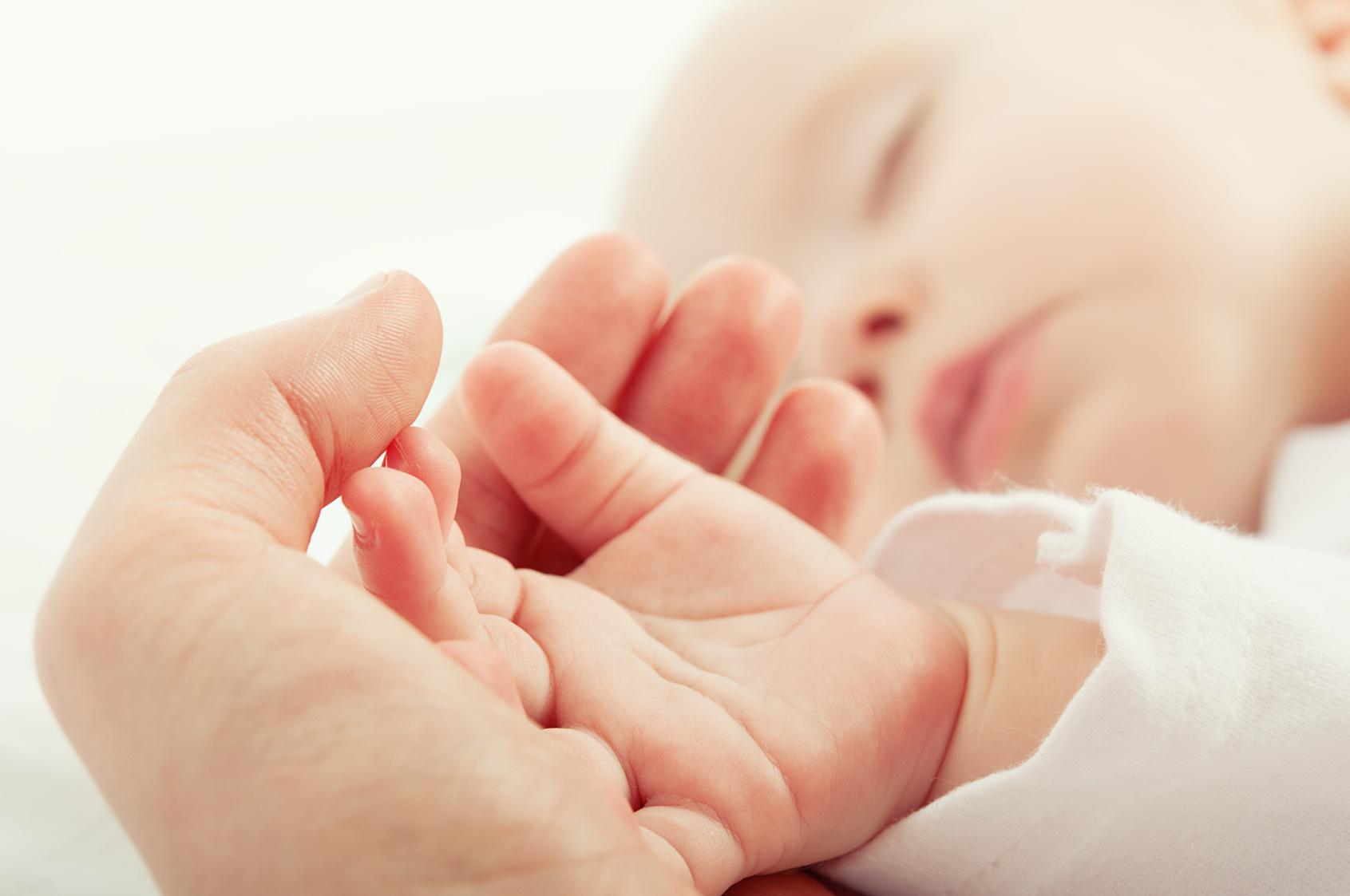 Hinter einer Gelbsucht bei Neugeborenen können auch harmlose Ursachen stecken.