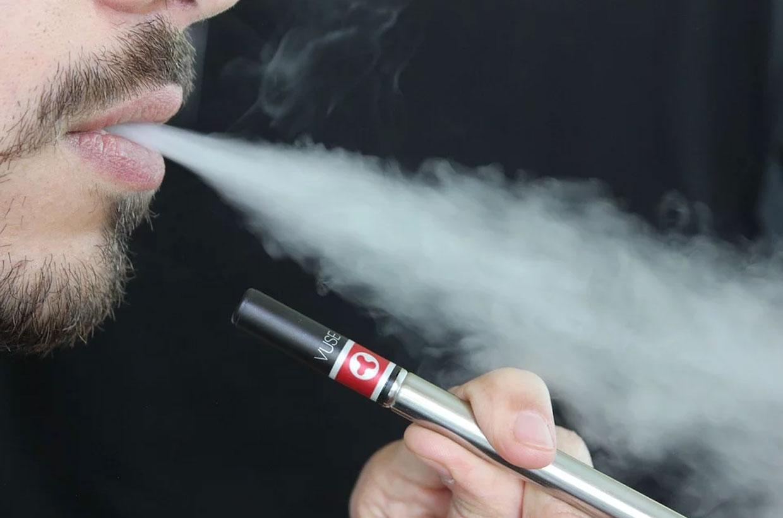 Mann verwendet E-Zigarette