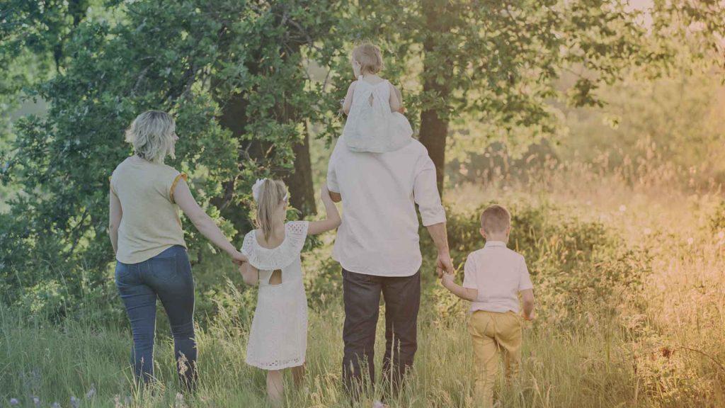 Familie beim Waldspaziergang