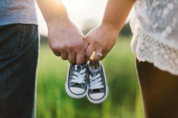 Eltern mit Schuhen für ein Baby
