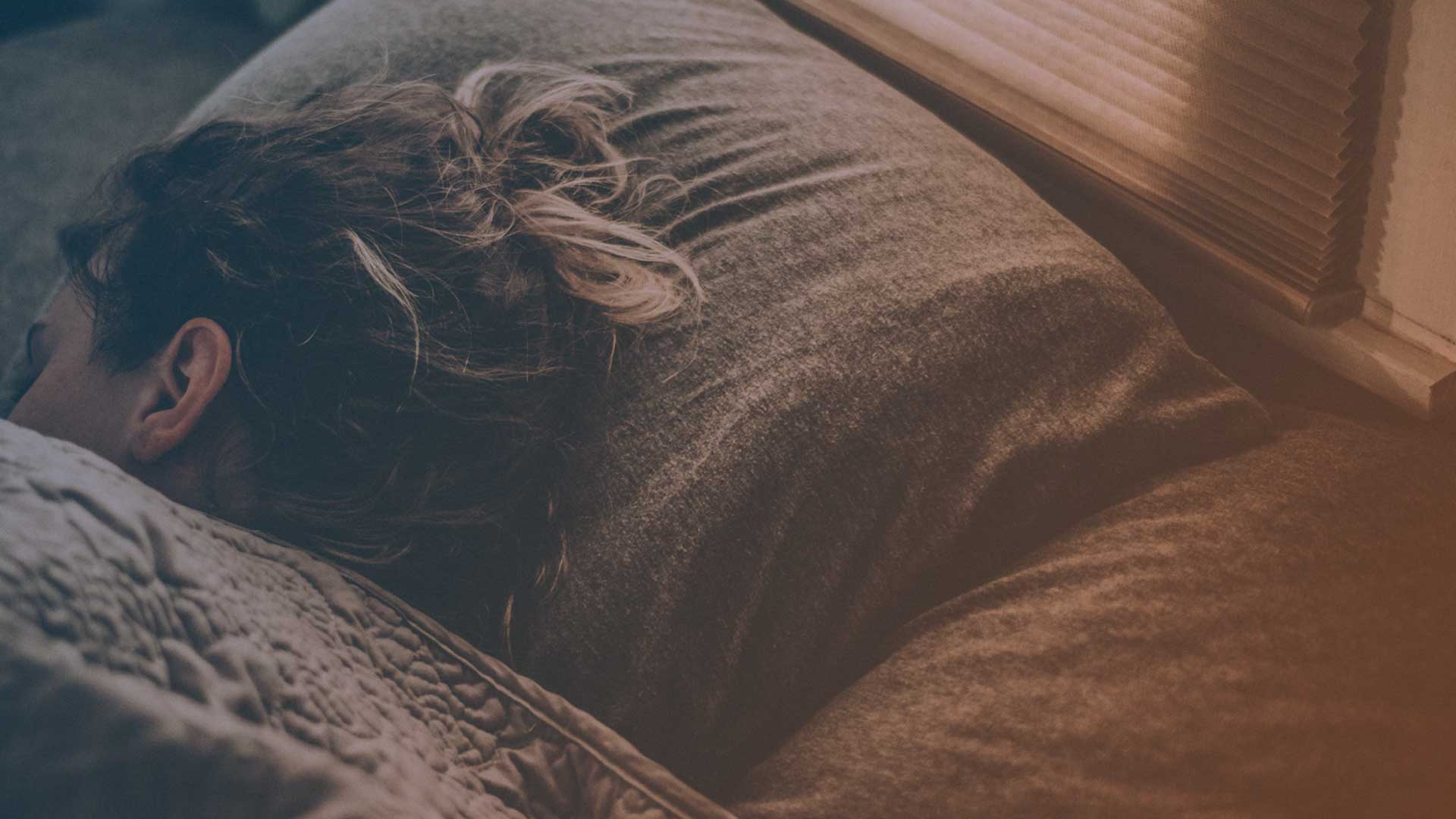 Frau beim Schlafen im Bett