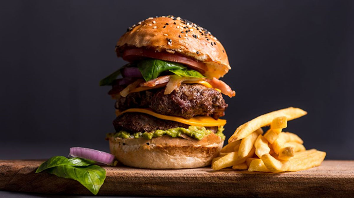 Foto von einem Burger mit Pommes