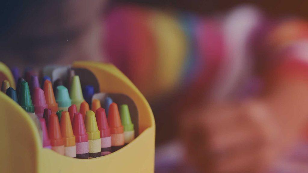 Kind beim Malen eines Bildes