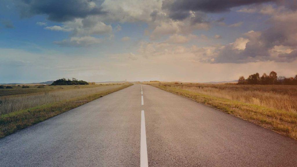Straße mit Wolken am Horizont
